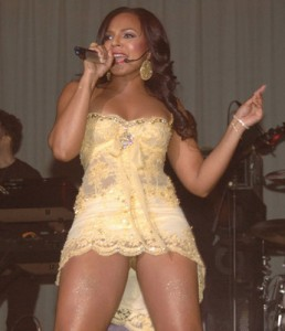 ashanti-flashes-underwear