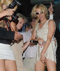 paris-hilton-flashes-the-paps-st-tropez-19107239