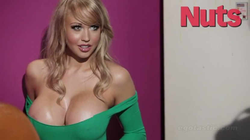 Sophie reade hot cleavage.